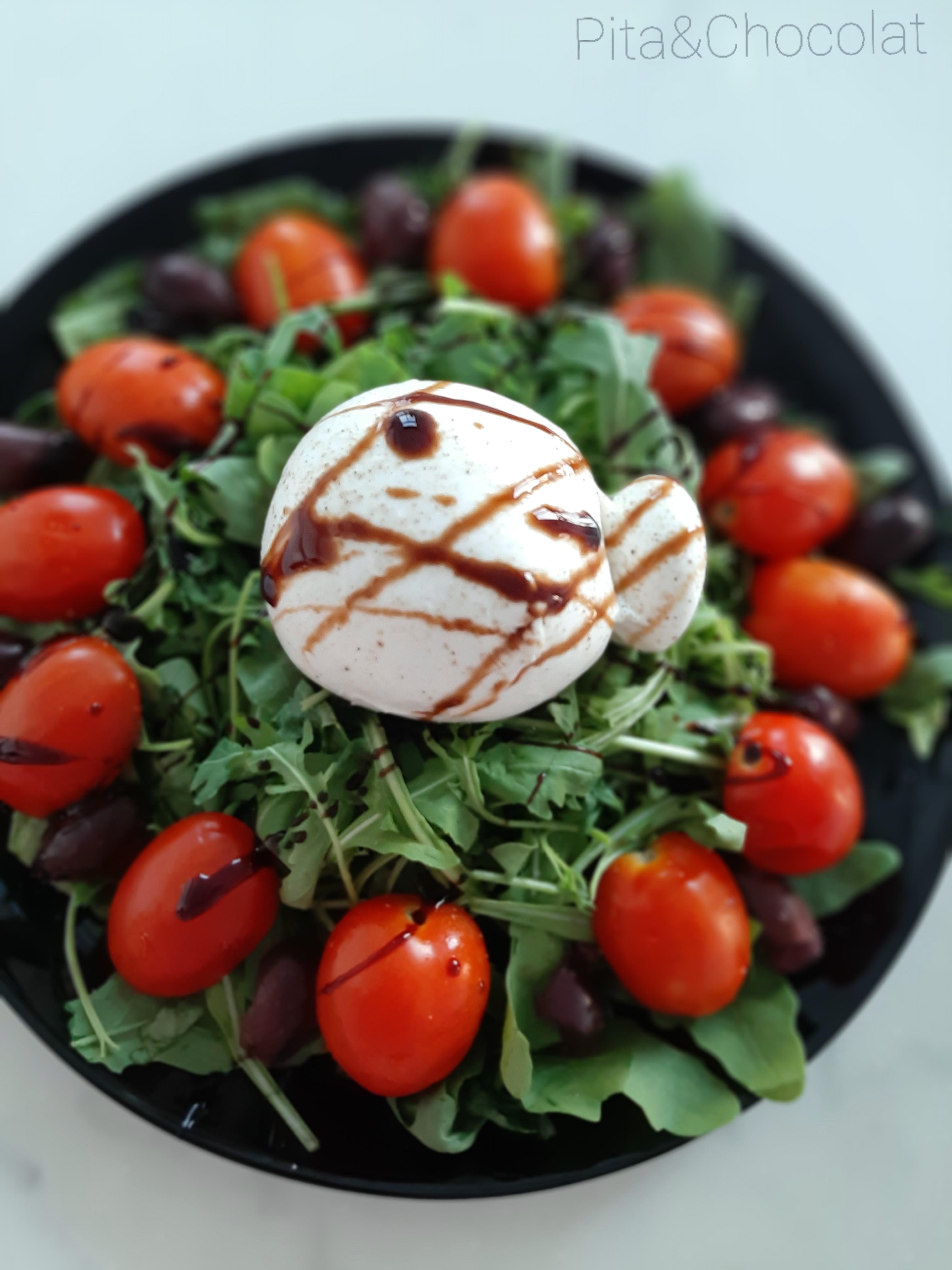 Burrata crémeuse en salade italienne