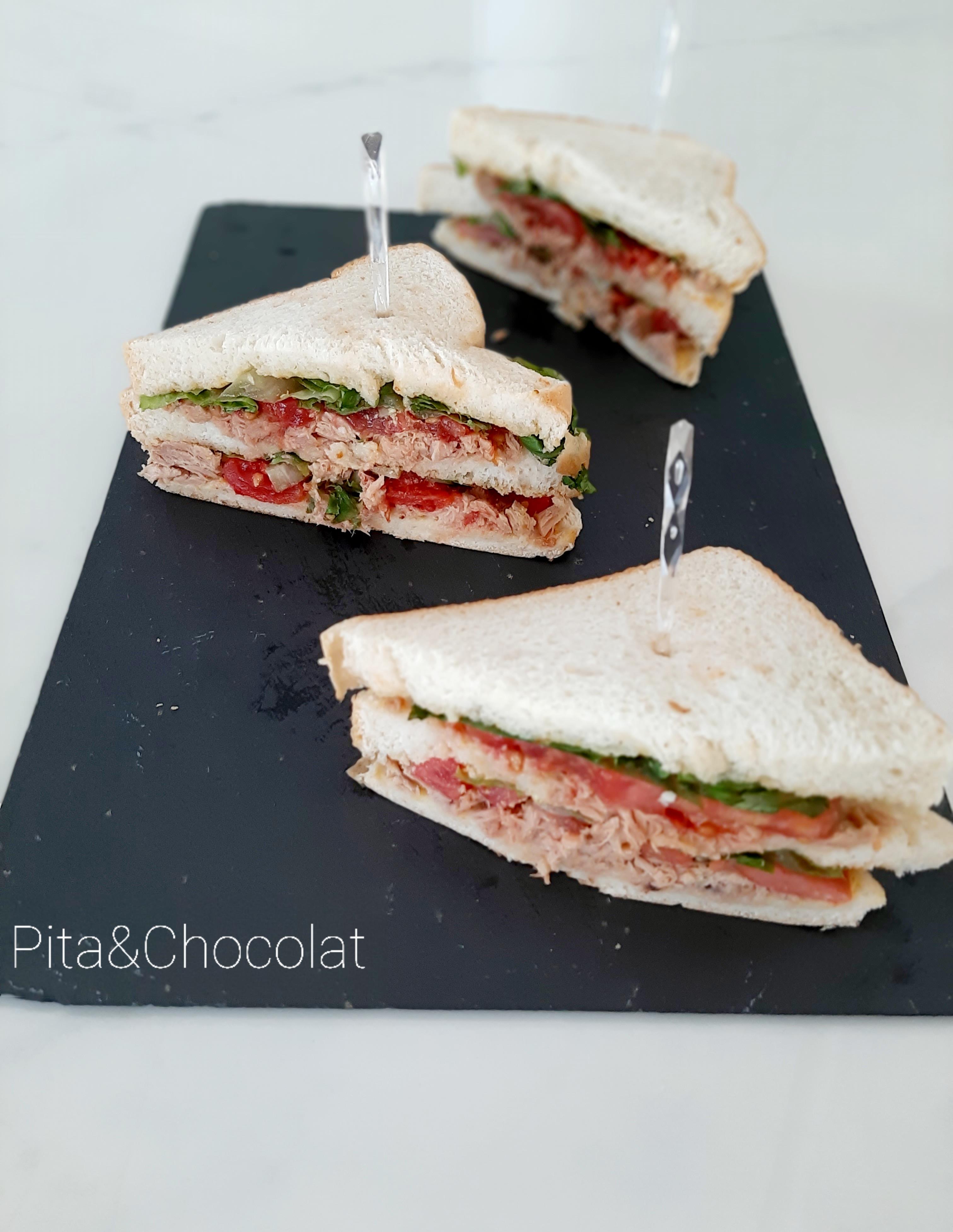 Club sandwich - sandwich au pain de mie à deux étages