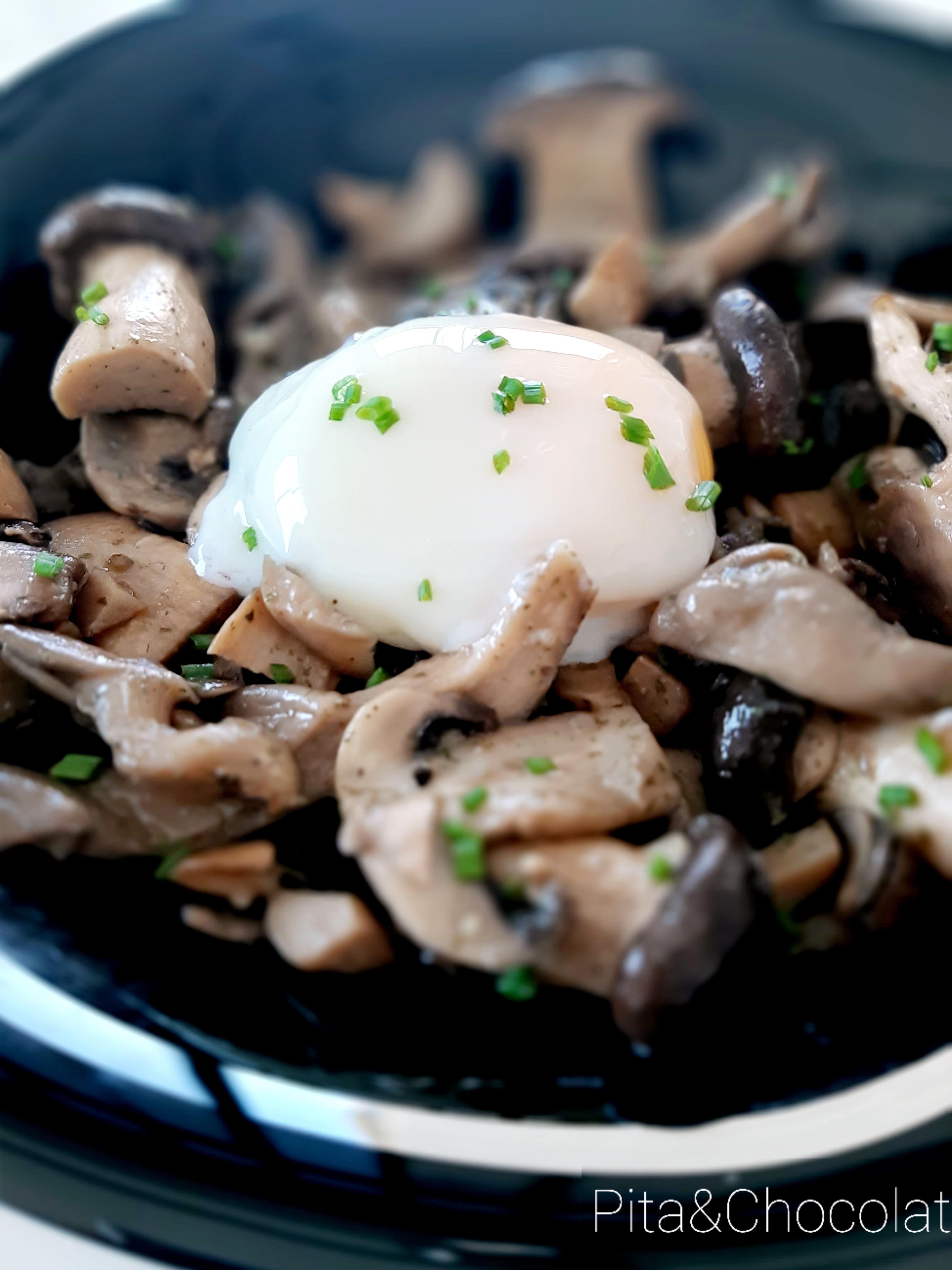 Poêlée de champignons en persillade et œuf parfait